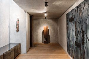 Dlouhá chodba slouží jako galerie uměleckých děl dědečka – mistra Alfonse Waldeho. FOTO CHRISTIAN SCHAULIN