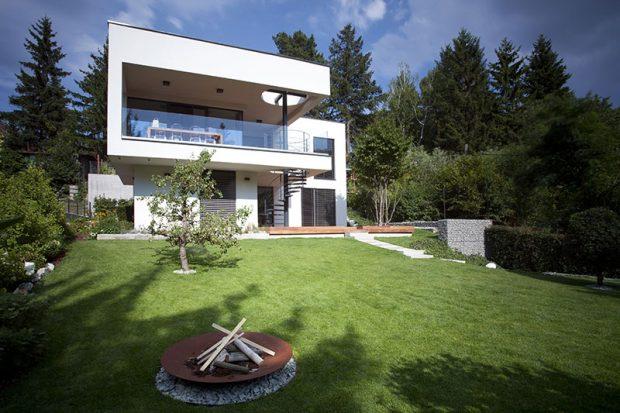 Jak architekti vyřešili osazení rodinného domu do strmého svahu