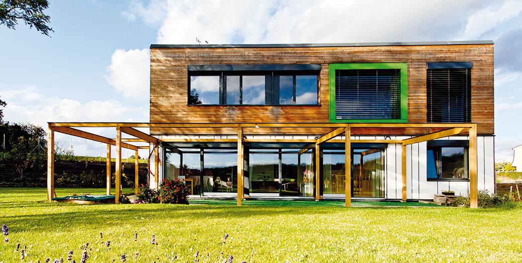Cihlovou bytovku vyměnili za pasivní dům ve Slaném