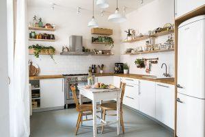Kuchyň má oblíbený tvar písmene L se sezením umístěným uprostřed. Vrámci různých možností majitelé zvažovali iřešení sostrůvkem, které však rychle zavrhli. Ten by totiž prostor příliš zahltil. FOTO NORA A JAKUB ČAPRNKOVI