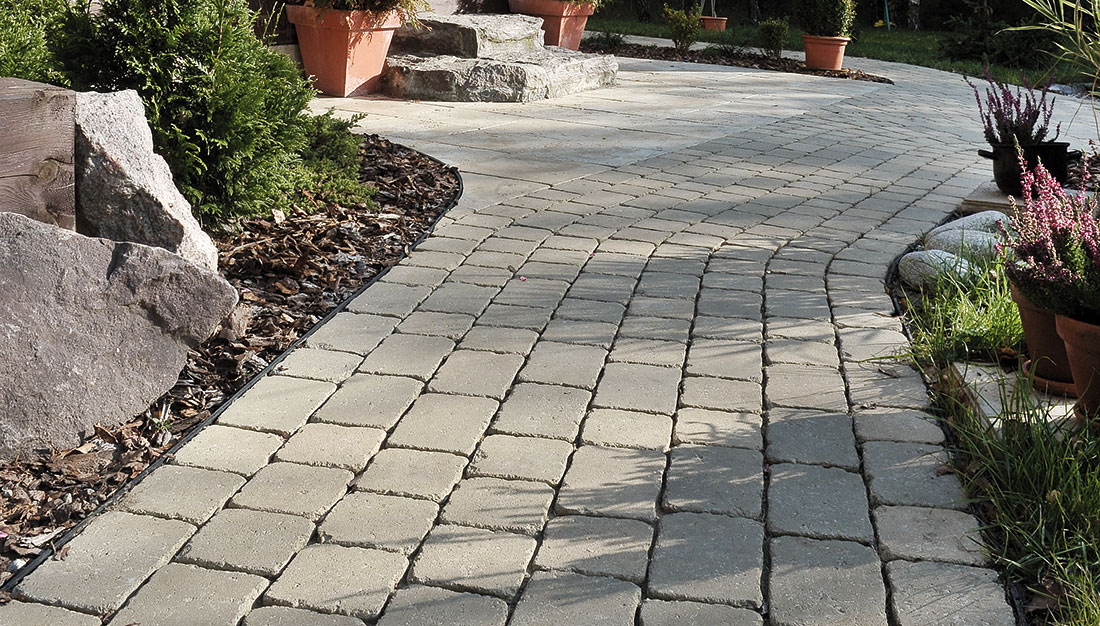 Zpevněné plochy imitující přírodní kámen příjemně dotvoří každý dům