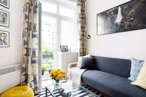Atmosféru moderního aútulného bytu podtrhuje pěkný výhled zmalého balkonu do vnitrobloku. FOTO Juliana Vlčková