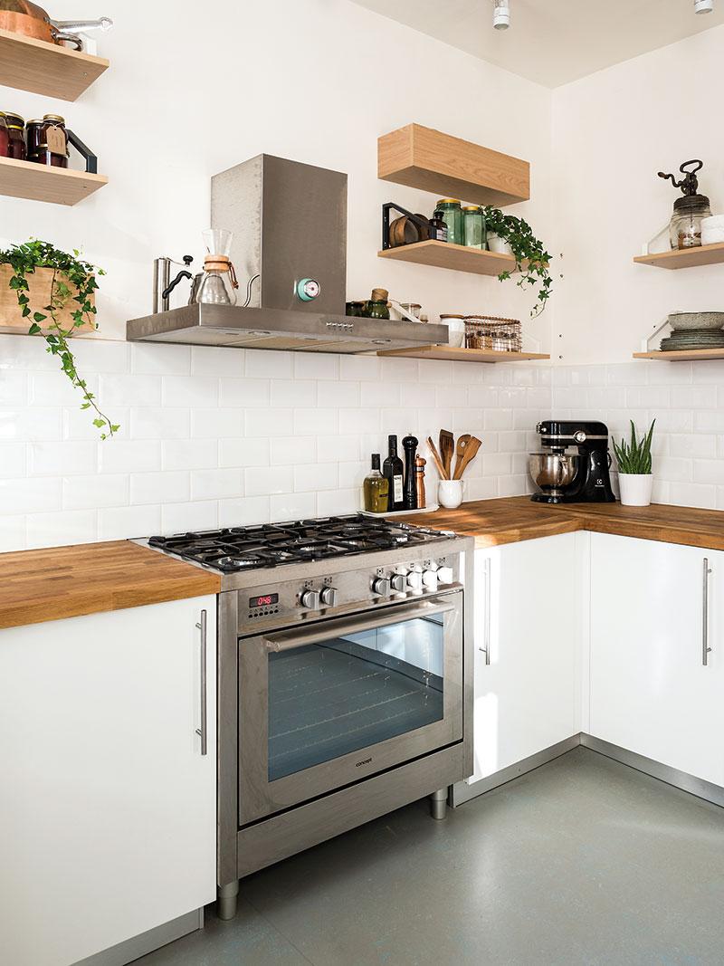 Kuchyňskou zástěnu tvoří nenápadný bílý obklad se spárovkou téže barvy, díky čemuž neruší ani na fotkách, kterými Monika plní svůj blog. FOTO NORA A JAKUB ČAPRNKOVI