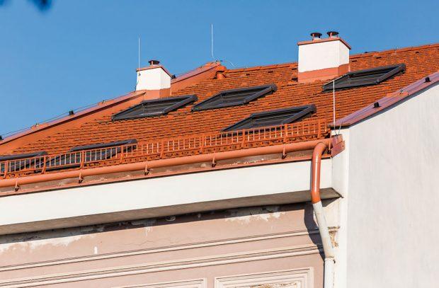 Toto stylové bydlení se nachází vsamém srdci Košic. Při rekonstrukci se využila okna adoplňkový sortiment od značky VELUX, které lze použít ipři renovacích historických budov. FOTO MARTIN MATULA