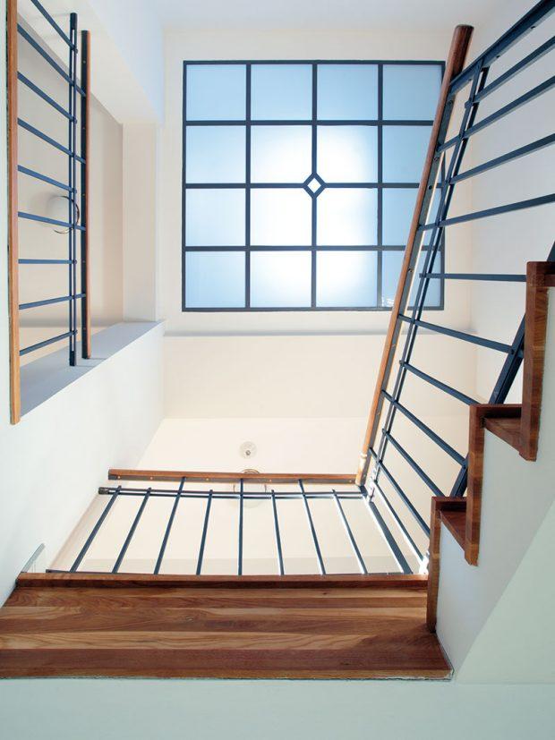 Místo skleněnými tvárnicemi dnes světlo nad schodiště proudí efektním světlíkem. FOTO ROBERT ŽAKOVIČ
