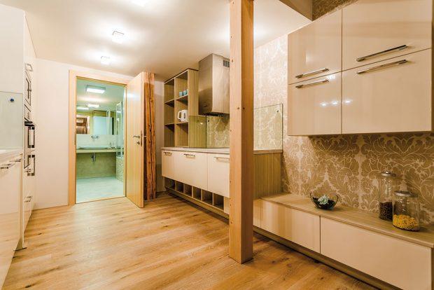 Vbytě nechybějí dvě koupelny stoaletami. Ta na spodním podlaží senachází hned za paralelní kuchyní. FOTO MARTIN MATULA