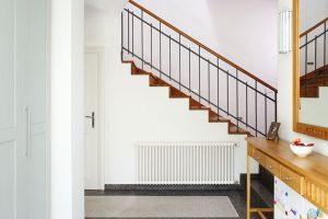 Ze vstupní haly se vchází do prostorné chodby steracovou podlahou, odkud vede schodiště do prvního patra. FOTO ROBERT ŽAKOVIČ