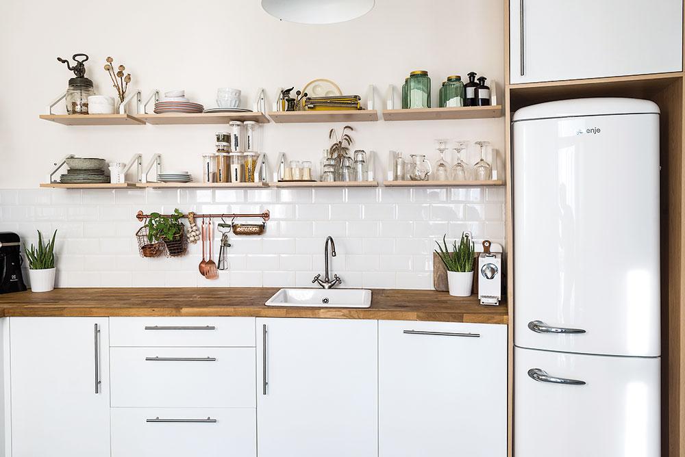 Majitelé původně uvažovali o žluté ledničce, nakonec ale dali přednost bílé, která prostor pěkně doplnila. FOTO NORA A JAKUB ČAPRNKOVI