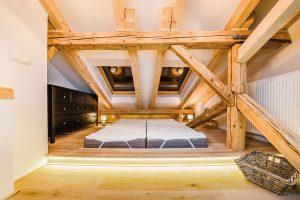 Tradiční postel nahrazují matrace umístěné ve snížené části vyvýšeného pódia. Majitelům takové řešení plně vyhovuje. FOTO MARTIN MATULA