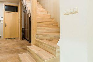 Originální schodiště vzniklo opláštěním homogenní ocelové konstrukce dřevem. FOTO MARTIN MATULA