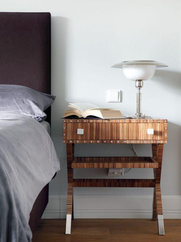 Ložnici, stejně jako další místnosti vdomě zdobí originální nábytek, například tento noční stolek slampou. FOTO ROBERT ŽAKOVIČ