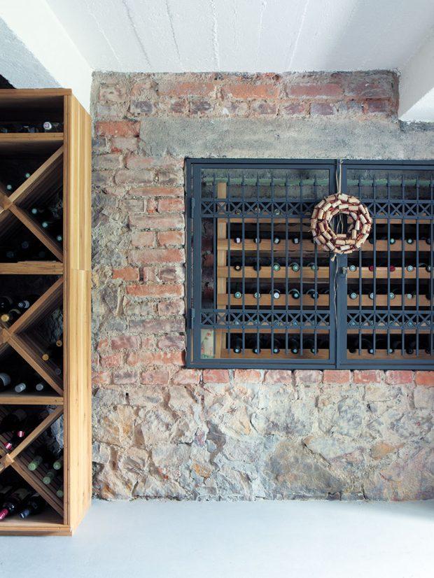 Původní sklepy bylo rovněž nutné rekonstruovat azbavit vlhkosti. Dnes je tu kromě technického zázemí také vinotéka. FOTO ROBERT ŽAKOVIČ