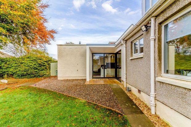 Promyšlená přístavba rodinného domu, která respektuje jeho původní architekturu