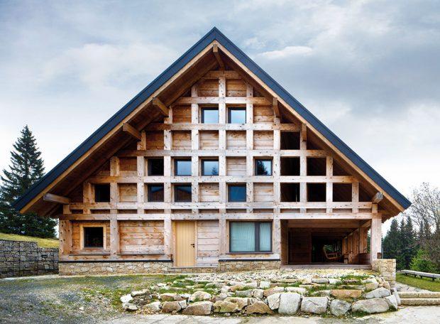 Konstrukce domu je přiznaná – masivní dřevěné trámy mají nejen estetickou, ale zejména konstrukční astatickou funkci. FOTO TOMÁŠ BALEJ