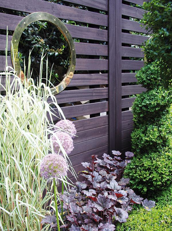 Dřevěný plot je vhodný kohraničení městské ivenkovské zahrady. Při jeho výběru myslete na to, že bude vyžadovat každoroční údržbu, jinak bude jeho životnost omezená. Nechcete-li se vzdát pěkného výhledu ze zahrady, vytvořte vněm alespoň jeden průhled. FOTO DANIEL KOŠŤÁL