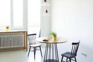 Majitelka vždy snila o kruhovém jídelním stole. A ačkoliv původně zvažovala nějaký zajímavý retro kousek, nakonec si ho podle vlastního návrhu nechala vyrobit. FOTO SCHWESTERN