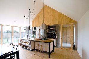 Volně plynoucí prostor, místy otevřený až pod hřeben střechy, místy zúžený arozčleněný na dvě poschodí. Originální hru svnitřním prostorem domu příjemně doplňuje všudypřítomný výhled do zahrady. FOTO: ERIKA BÁNYAYOVÁ AMARTIN BOLEŠOLEŠ
