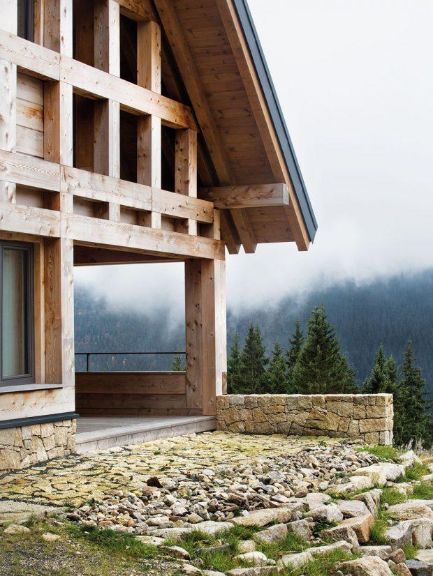 Chata zapadá do okolní krajiny – původní stavbu nekopíruje, ale nabízí zcela moderní způsob soužití smístem. FOTO TOMÁŠ BALEJ