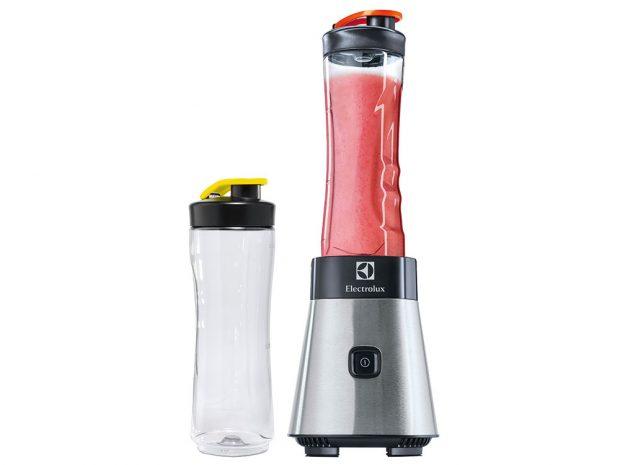 Fitness mixér Electrolux PerfektMix, 2 odnímatelné nádoby 0,6 l, které slouží jako lahve na pití, 4 nože znerezové oceli, protiskluzové nožičky, 1 499 Kč, www.electrolux.cz