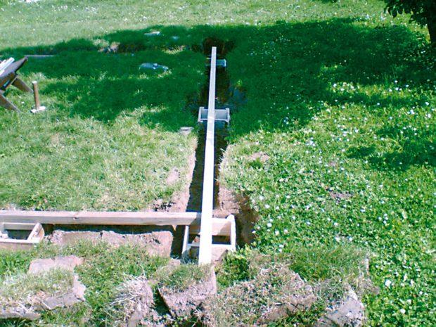 2. MÍSTA PATEK Vrtákem jsme vyvrtali 80 cm hluboké díry. Pak jsme rýčem vyryli čtverce 40×40 cm ahadicovou vodováhou znivelizovali dno jam.