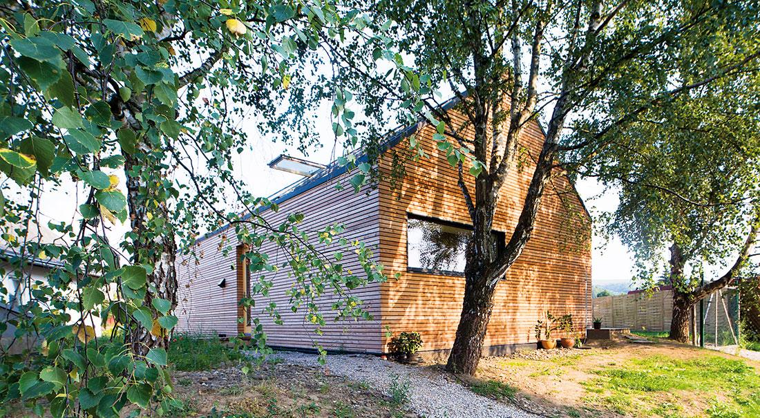 Netradičně koncipovaná dřevostavba pro mladou rodinu v zahradě rodičovského domu