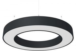 Závěsné svítidlo RINNGO společnosti Hormen se hodí do jakéhokoli moderního interiéru. Podle typu aúčelu jednotlivých místností lze vybírat zprůměrů od 515 do 1870 mm – čím větší svítidlo zvolíte, tím silnější bude osvětlení vmístnosti. Nezapomeňte také na regulaci síly osvětlení během dne avyberte si jednu zvariant digitálního či analogového stmívání. Kromě bílé barvy či kovového eloxu je svítidlo kdispozici ve 26 barevných variantách. Foto Hormen