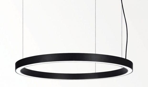 Kruhové závěsné LED světlo od i Delta Light je dostupné vbílé ačerné barvě. Vytváří příjemné teplé bílé světlo asvým jednoduchým čistým kruhovým tvarem přirozeně doplní každý prostor. Foto Delta Light