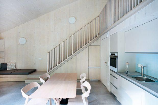 Ateliér Prodesi se ve většině svých staveb drží zásady – stavíme ze dřeva, tak jej nebudeme zakrývat. Interiéry i zdi jsou tedy přiznané dřevěné, často v jednom barevném tónu. FOTO PRODESI