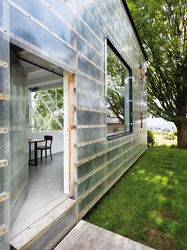 Stavební panely, široké 21 cm, pokrývá sklolaminátový plášť, který přiznává samotnou konstrukci domu achrání ho před deštěm, větrem avlétě před sluncem. FOTO Alexandra Timpau (www.alextimpau.com)