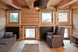 Hlavní použité materiály vycházejí zpovahy horského srubu – dřevo akámen. Použit zde byl kanadský cedr vkombinaci smodřínovými prvky. FOTO TOMÁŠ BALEJ