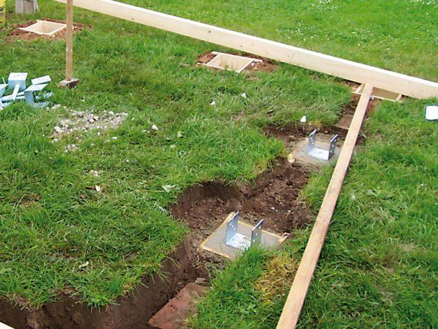 4. BETONOVÁNÍ Beton jsme rozházeli ve dvou. Sám bych to nezvládl, protože beton se musel rychle zpracovat. Do zabetonovaných děr jsme napíchali kovové patky. FOTO Ivan Pulchart
