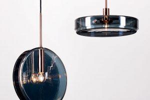 Inspirací ručně vyráběným světlům ztechnického skla od Kavalierglass byly laboratorní produkty. Horizontální závěsné svítidlo Petriho misky zpokoveného skla, vměděné kovové konstrukci, stextilním kabelem a35W halogenovou žárovkou jsou efektním aelegantním doplňkem. Foto Kavalierglass, Michal Seba
