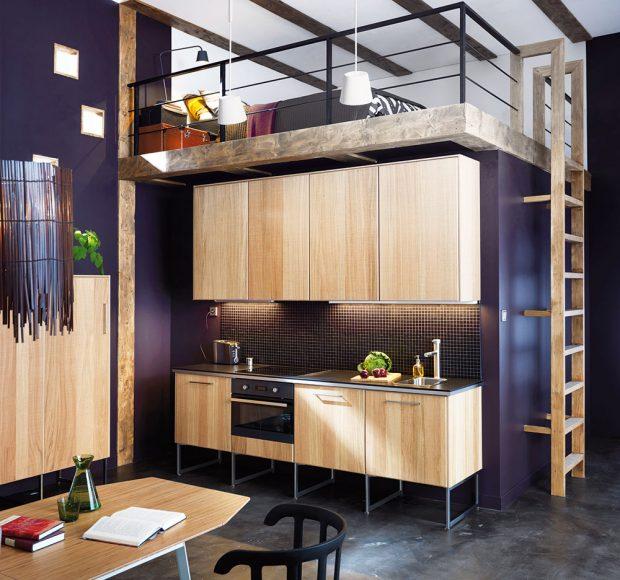 Hladké dřevěné kuchyňské skříňky ze světlého masivu zdobí pouze kovová madla akovové nožičky. Foto Ikea