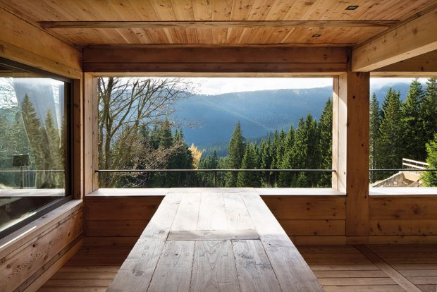 """Dům skýtá krásné výhledy. Tradičním poznávacím znamením ateliéru A69 – architekti je """"rámování"""" výhledů pomocí konstrukčních prvků. FOTO TOMÁŠ BALEJ"""
