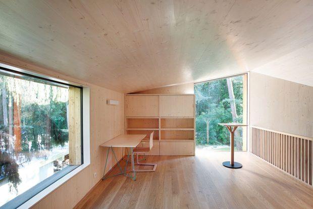 Horní místnost s nábytkem v jednotícím smrkovém designu slouží jako pracovna/ateliér. Umožňuje ale i příležitostné přespání. FOTO PRODESI