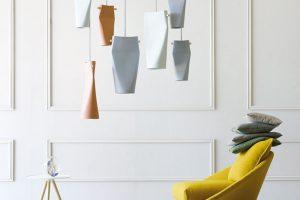 Keramická svítidla DENT od italského výrobce Miniforms byla při svém vzniku původně kuželovitého tvaru, své prohnuté křivky získala až po následném zploštění. Právě jejich tvar umožňuje intimní osvětlení apřináší příjemnou atmosféru. Umístit je můžete jednotlivě, nebo vcelé skupině. Foto Claro