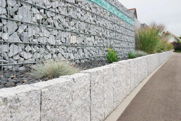 Gabiony, tedy drátěné koše plněné kamenem, jsou současným hitem. Toto řešení je vhodné především kmoderním domům. Vybrat si můžete koše orůzné šířce avýšce, stejně jako výplňové kameny různých druhů abarevnosti. Výborně se kombinují srostlinnou výsadbou. FOTO ISIFA/SHUTTERSTOCK