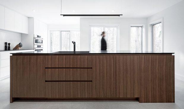 Elegantní akrásně vynikající vzor tmavě hnědého dřeva vkombinaci sjednoduše řešeným otvíráním zásuvek. Foto v2com