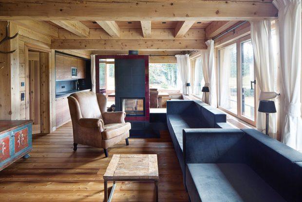 Světlo apříroda pronikají do interiérů díky rozměrným oknům aotevřenému plánu prostoru jak vsoukromé části, tak ve společenské. FOTO TOMÁŠ BALEJ