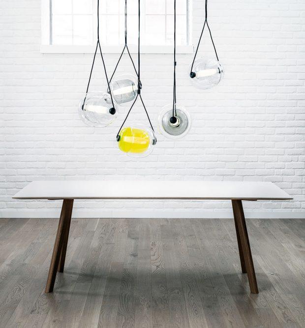 Rafinovaný design svítidla CAPSULA pochází zdílny návrhářky Lucie Koldové. Svítidlo připomíná rostlinnou buňku či semínko askládá se ze tří skleněných součástí. Vnější obal objímá vnitřní část stínidla, LED zdroj ztriplex-opálové skloviny celé stínidlo protíná avytváří jeho pomyslnou osu. Vrstvením avzájemným překrýváním skel vznikají 3D optické efekty. Kolekce nabízí svítidla jednotlivě ikombinovaná vsetech, popřípadě vlibovolných kompozicích. Foto Brokis