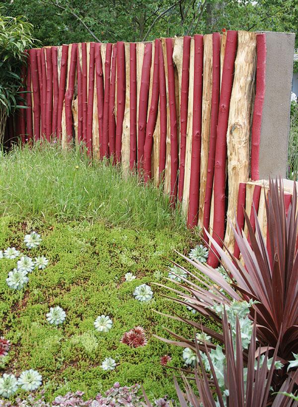Opravdu zajímavá zeď může vzniknout kombinováním barevně zvýrazněného dřeva abetonu. Toto řešení pozemek dokonale ohraničí azahradu ochrání před nechtěnými pohledy. Zeď by však neměla být příliš široká. FOTO DANIEL KOŠŤÁL