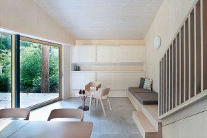 V obývací části zaujme vestavěný nábytek – nejen obligátní skříň, ale i příjemný detail – pohovka navazující na podestu schodiště. FOTO PRODESI