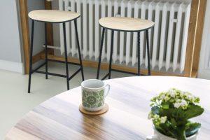 Pracovní plocha vkuchyni plynule přechází do barového sezení, které vzniklo přímo nad radiátorem aposlouží například během snídaně. FOTO SCHWESTERN