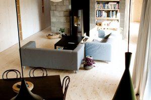 Živým srdcem domu je velkorysý otevřený prostor vjeho středu, kde má logické místo kuchyň, obývací sezení ajídelní stůl. FOTO: ERIKA BÁNYAYOVÁ AMARTIN BOLEŠ