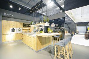 Kuchyně ze světlého masivu od team7 vyniká kvalitním, naturálním anadčasovým designem. Foto team7