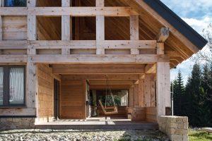 Celému srubu, citlivě osazenému do horského svahu, dominuje dřevěná fasáda štítů, připomínající prvky hrázděných staveb. FOTO TOMÁŠ BALEJ