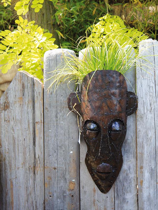 Fádnost staršího plotu, do něhož už nechcete moc investovat, zaženou vkusné dekorační předměty nainstalované přímo na něm. Do některých můžete vysadit idrobnější zeleň. FOTO DANIEL KOŠŤÁL