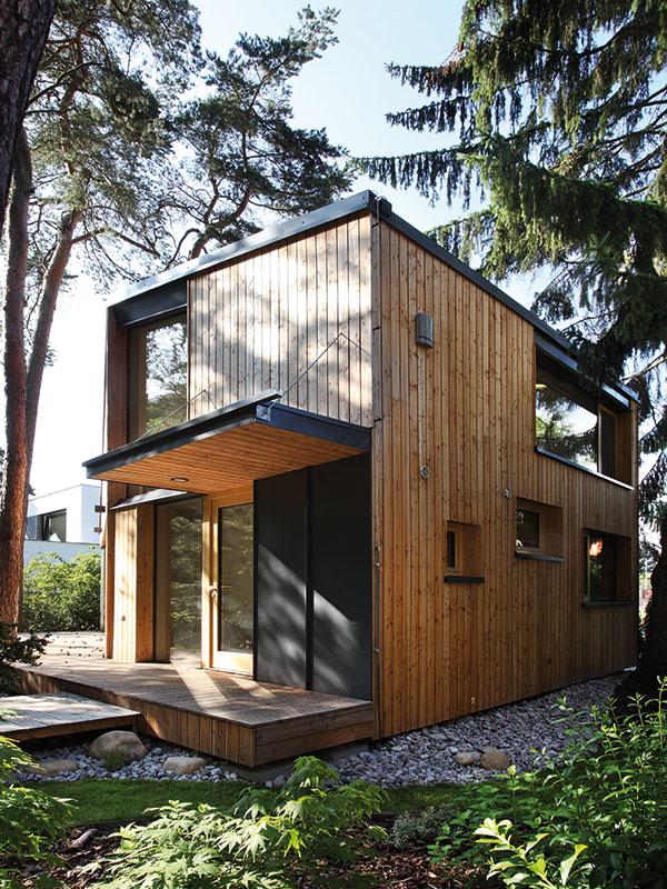 Dům je doslova obklopen stromy, které poskytují přirozený stín, ale zároveň tvoří i přirozenou celoroční ochranu před zvídavými pohledy sousedů. FOTO PRODESI