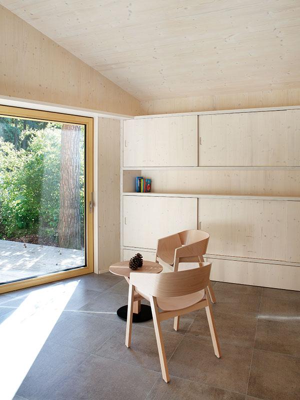 V téměř jednobarevném řešení interiéru izařizovacích předmětů obzvláště vynikne idrobný barevný akcent. Například knihy vknihovně. FOTO PRODESI