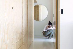 Úložný systém v chodbě je vyroben z borovicové překližky. Její světlá barva a výrazná kresba dřeva prostor zútulňuje. FOTO SCHWESTERN